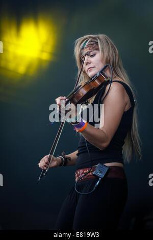 Laura Boston-Barber de Blackbeard's Tea Party joue du violon sur scène à Fairport Convention's festival Cropredy Banque D'Images