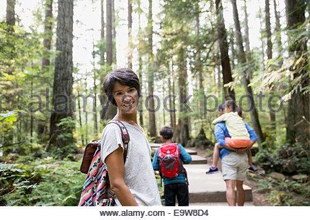 Portrait de jeune femme en famille dans les bois Banque D'Images