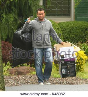 Jon Gosselin. Kate Gosselin a l'épicerie des gardiens de sécurité l'aide à sa voiture. Kate avait marcher avec elle Banque D'Images