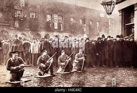 Soldati all'assedio di Sidney Street di gennaio 1911, un gunfight in East End di Londra tra un combinato di polizia Foto Stock