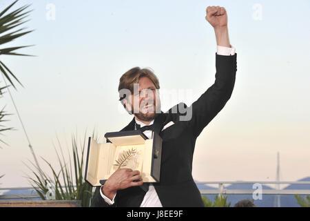 """Cannes, Frankreich. 28 Maggio, 2017. Regista Ruben Ostlund con La Palme d'Or per il film """"La Piazza"""" al vincitore Foto Stock"""