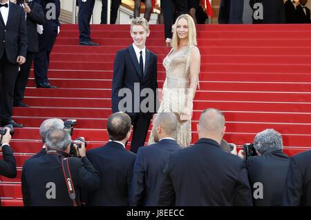 Cannes, Frankreich. 28 Maggio, 2017. Levon Stefano Thurman-Hawke e Uma Thurman che frequentano la chiusura notturna Foto Stock