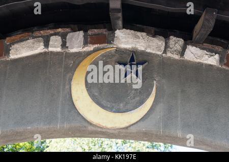 Baernbach, Austria - 23.09.2017: islamica di mezza luna rappresentato su uno dei cancelli a st. barbara chiesa Foto Stock