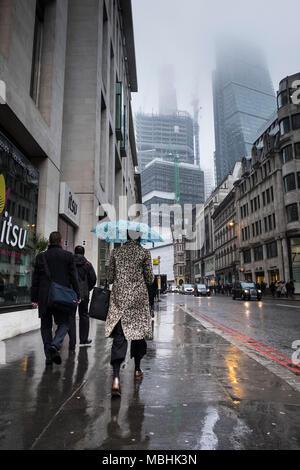 Londra, Regno Unito. 11 aprile 2018. Regno Unito: Meteo pendolari fanno il loro modo di lavorare su un drizzly giornata nella capitale (c) Paolo Swinney/Alamy Live News Foto Stock