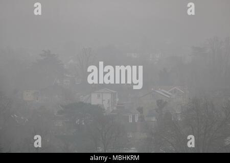 Londra REGNO UNITO. 11 aprile 2018. Regno Unito Meteo: Wimbledon paesaggio è coperto di mattina presto la nebbia in un freddo giorno nuvoloso Credito: amer ghazzal/Alamy Live News Foto Stock