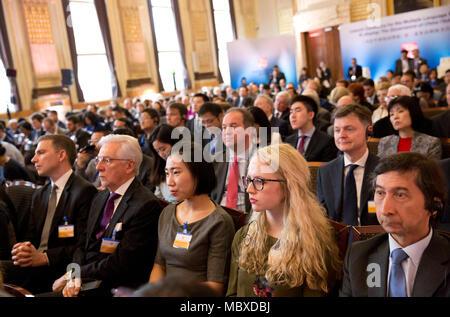 """Londra, Regno Unito. Xi Apr, 2018. Gli ospiti di ascoltare discorsi durante la cerimonia di lancio per le versioni multilingue del secondo volume di """" Xi Jinping: La Governance della Cina"""" a Londra, in Gran Bretagna il 11 aprile 2018. Il libro è stato presentato a Londra Mercoledì. Credito: Isabel Infantes/Xinhua/Alamy Live News Foto Stock"""