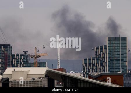 Londres, Reino Unido. 18 de Fev, 2018. Londres: Incêndio Fumaça Preta sobe mais de edifícios do leste de Londres, Foto de Stock