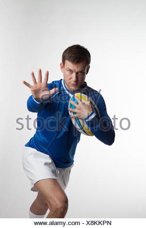 Rugby jogador a trabalhar com bola de râguebi Foto de Stock